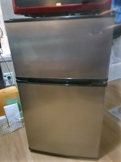 Midea 3.1 cubic ft compact fridge/freezer for Sale in Albany,  OR