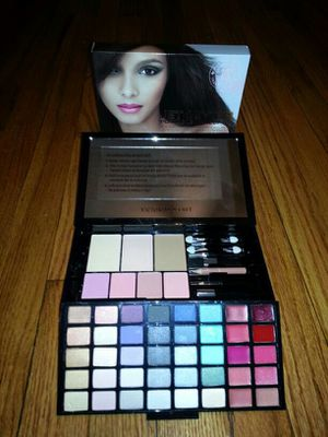 Brand new in box Victoria secret makeup set for Sale in Chicago, IL