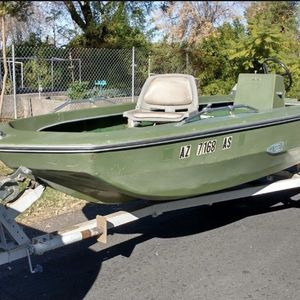 16 foot center console boat with 25 horse Electric start outboard motor and trailer.current registration and title for trailer for Sale in Gilbert, AZ
