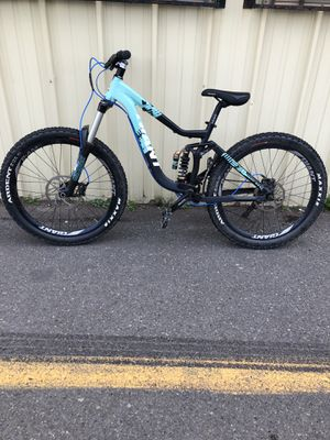 Giant downhill full suspension for sale nice bike a lot of fun just don't ride anymore $1000 obo bike was 2700 new. Will also entertain trades. for Sale in Gig Harbor, WA