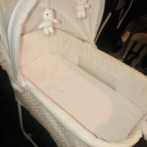 BABY GLIDER BASSINET WITH WHEELS for Sale in Houston, TX