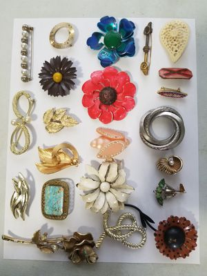 $2 ea vintage brooches for Sale in Westminster, MD