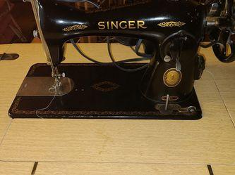 Antique Singer Sewing Machine in cabinet, works great,$50.00 for Sale in Marble Falls,  TX