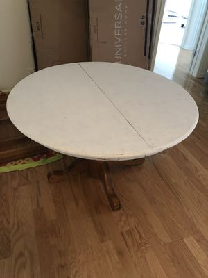 Round kitchen table for Sale in Charlotte, NC
