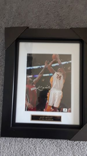 LOS ANGELES LAKERS KOBE BRYANT AUTOGRAPHED FRAMED 8 X 10 PHOTO for Sale in Clovis, CA
