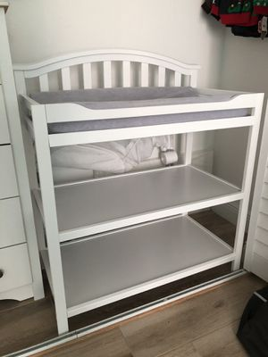 Berkeley Changing Table (White) with changing pad for Sale in Miami, FL