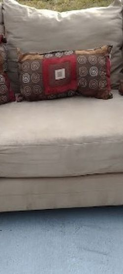 Used Beige 3 Seater Sofa w/5 Pillows for Sale in Roseville,  MI