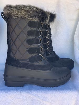 Snow boots for women's sizes available 6,6.5,7,7.5,8,8.5,9,10 for Sale in Cudahy, CA