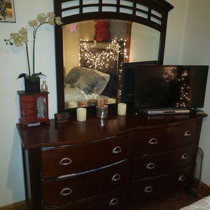 Dresser With Mirror for Sale in Aurora, IL