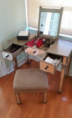 Hot Sale! 🤗 Lovely Beauty Silver Mirrored Table with gifts 🎁 for Sale in West New York, NJ