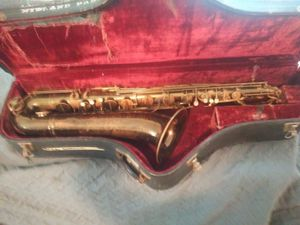 La monte baritone saxophone with case for Sale in Plainfield, NJ