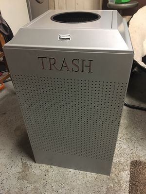 Rubbermaid commercial trash can for Sale in Paramount, CA