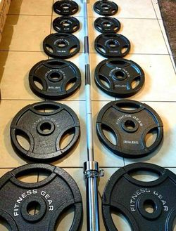 Brand New🎁300 lbs Olympic Weight Set + 45 LBS Olympic Barbell with Spring Collar Clips🏋🏻♀️💪 for Sale in Stockton,  CA