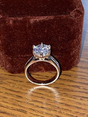 Ring Lab Simulated 2.0 Carat. New. Size 7. STERLING SILVER. NO TRADES CASH ONLY. DELIVERY: $10-20 EXTRA. LUXURIOUS VELVET BOX. for Sale in Cleveland, OH