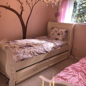 Beautiful twin size bed, dresser and mirror for Sale in Newcastle, WA