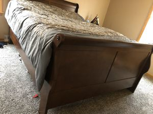 Bedroom set with mirror for Sale in Brooklyn, OH