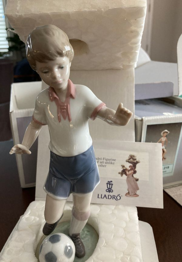 SOCCER PRACTICE LLADRO FIGURINE DIRECT FROM SPAIN