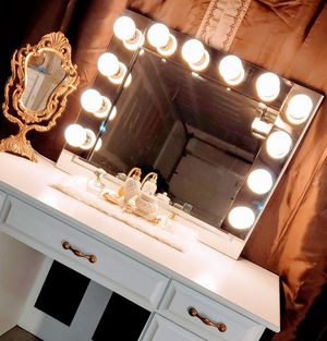 Hollywood Vanity Mirror with Lights, Lighted Makeup Mirror for your Vanity desk, for Sale in Vernon Hills, IL