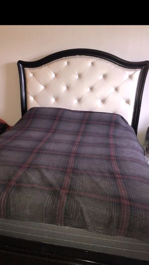 Beautiful design queen bed only in good condition for Sale in Alexandria, VA