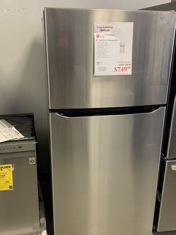 Fridge With Ice Maker for Sale in Bedford,  OH