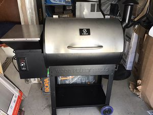 Z Grills wood pellet grill smoker outdoor cooking ZPG7002E new excellent condition open box and assembled for Sale in Las Vegas, NV