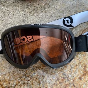 Scott Junior/kids Skiing/ Snowboarding Goggles, Black, Anti fog Lenses for Sale in Brooklyn Park, MN