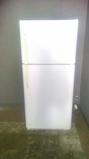 Kenmore White Top & Bottom Refrigerator for Sale in St. Louis, MO