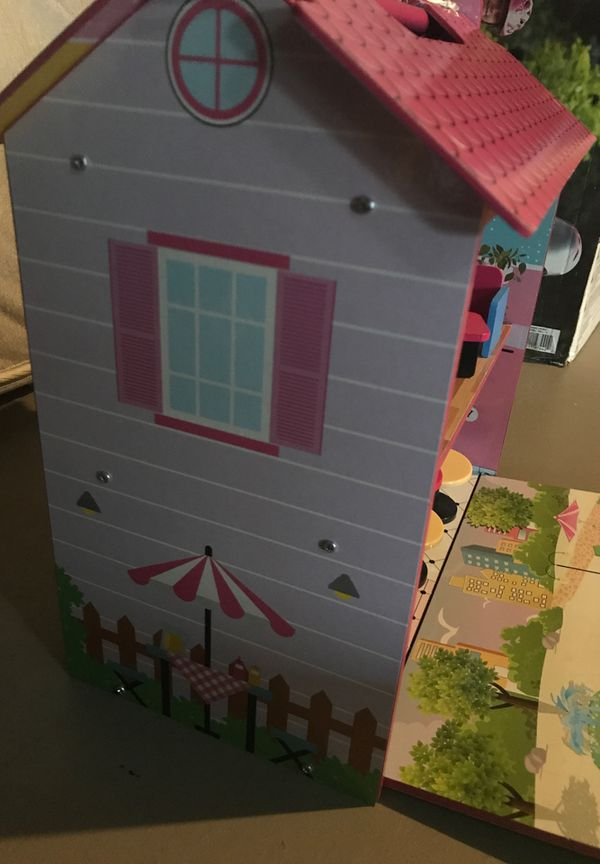 Carry along dollhouse with furniture