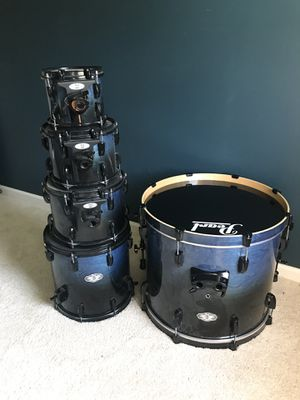 Drum set, complete with throne, rug, cymbals & more. for Sale in Nashville, TN