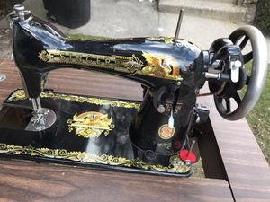 Singer vintage sewing machine in wood table for Sale in Brooklyn, NY