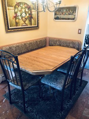 Breakfast nook with table and chairs for Sale in Woodbridge Township, NJ