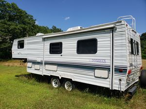 Unsbruck 5th wheel camper,w bumpout for Sale in Middleborough, MA