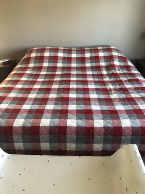 King Quilt Cover with 2 shams, used for staging for Sale in Battle Ground, WA