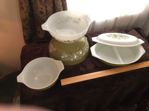 Pyrex set of bowls and 2 section dish with lid for Sale in Silver Spring, PA