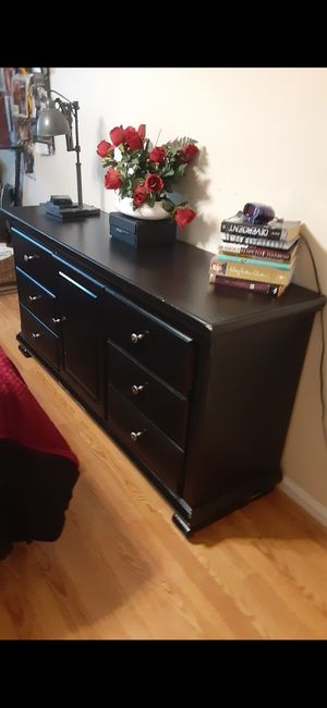 NICE BLACK 8 DRAWERS DRESSER ALL DRAWERS SLIDING SMOOTHLY for Sale in Fairfax, VA