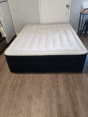 Queen Air Mattress with Built in Pump for Sale in Long Beach, CA