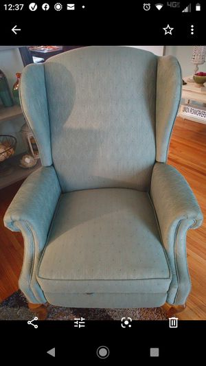 Wingback reclining chair. Great condition for Sale in Fort Wayne, IN