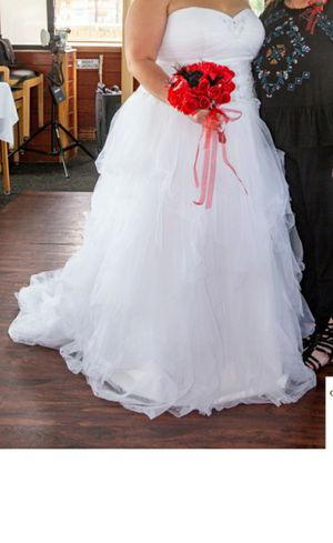 Beautiful wedding dress Best offer for Sale in St. Peters, MO