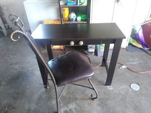 Desk and chair for Sale in HILLTOP MALL, CA