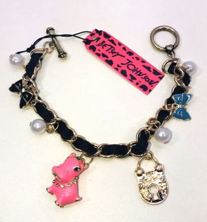 """Betsey Johnson """"THE HAPPY HAPPY 🦛 HIPPO!"""" Super cute pink hippo 🦛 charms bracelet NEW! for Sale in Carrollton, TX"""