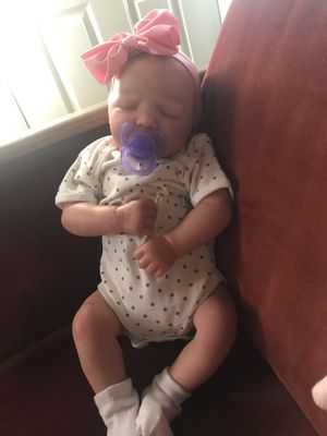 baby reborn super realistic full arms and legs weighted to feel like a real baby weight 5 pounds comes with birth certificate and barias clothing for Sale in Aspen Hill, MD