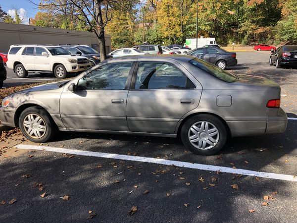 Toyota camry 2000 le ———- 1500.00$