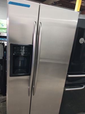 Ge stainless steel side by side doors fridge no ice maker in excellent condition w/4 months warranty for Sale in Baltimore, MD