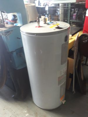 ELECTRIC WATER HEATER for Sale in Cleveland, OH
