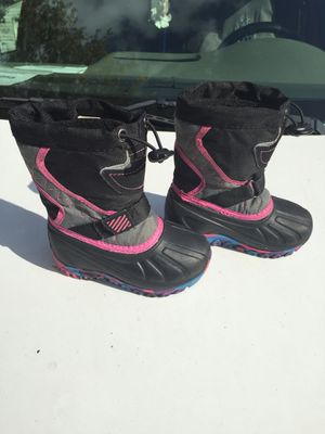 Little girl snow boots size 5 for Sale in Indianapolis, IN