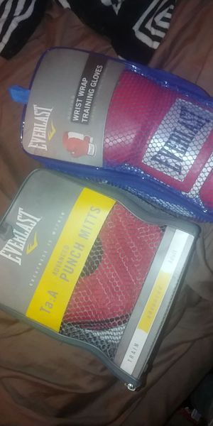 Brand new Everlast boxing gloves with punching mitts for Sale in Concord, CA