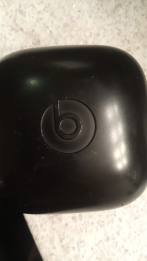 Beats wireless headphones w charger case for Sale in Santa Ana, CA