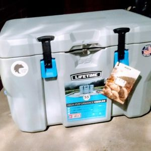 BRAND NEW LIFETIME ICE CHEST for Sale in Clovis, CA