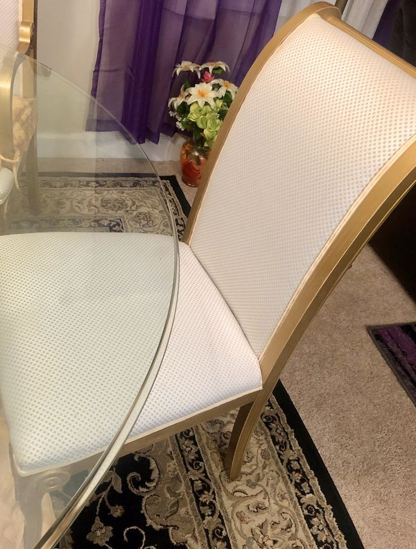 Beautiful dining table set only used for 6 months with seat covers