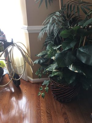Assorted household pictures, artificial plants and decorative accessories for Sale in Accokeek, MD